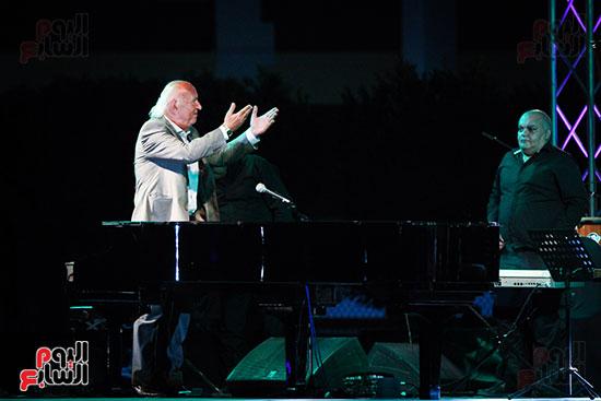 عمر خيرت يعزف أروع مقطوعاته الموسيقية فى حفل جامعة عين شمس (28)