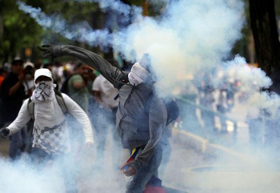 اطلاق قنابل الغاز على قوات الأمن