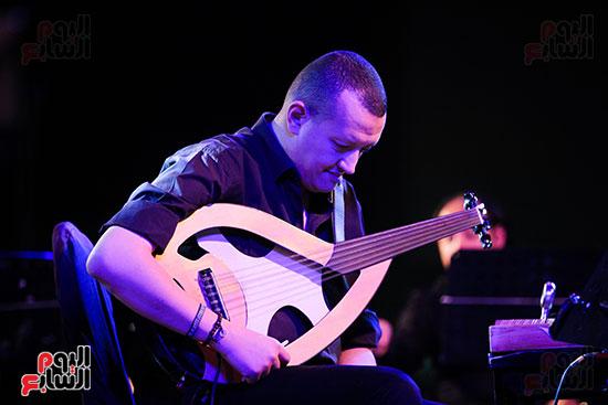 عمر خيرت يعزف أروع مقطوعاته الموسيقية فى حفل جامعة عين شمس (13)