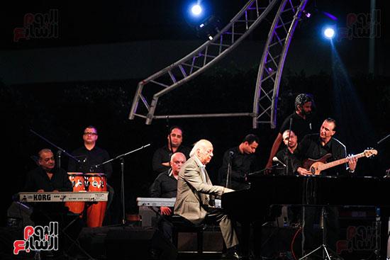 عمر خيرت يعزف أروع مقطوعاته الموسيقية فى حفل جامعة عين شمس (25)