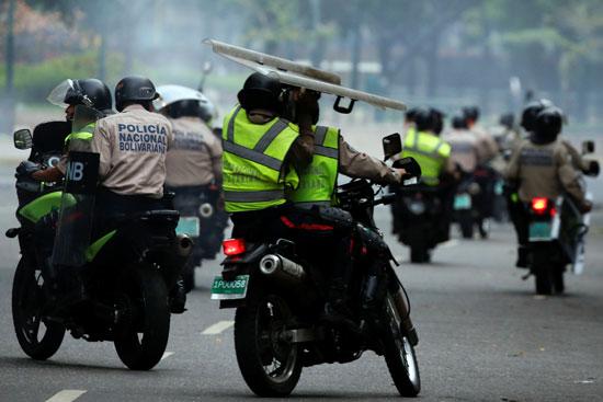 قوات الشرطة الفنزويلية تطارد المحتجين