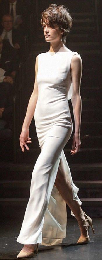 فستان أبيض من تصميم كارلا زمباتى