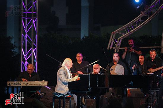 عمر خيرت يعزف أروع مقطوعاته الموسيقية فى حفل جامعة عين شمس (24)