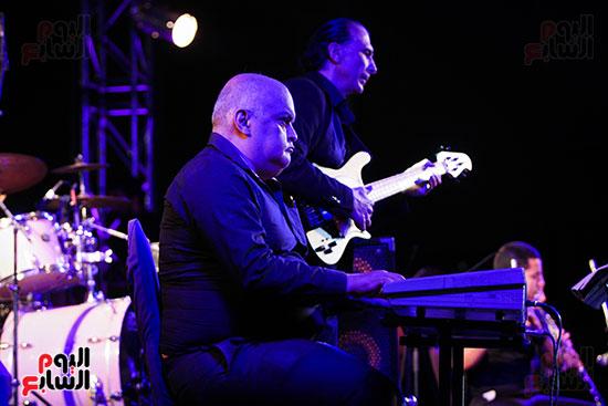 عمر خيرت يعزف أروع مقطوعاته الموسيقية فى حفل جامعة عين شمس (11)