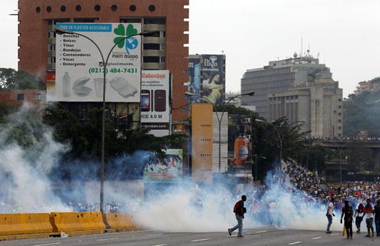 آلاف المحتجين يواجهون قوات الأمن