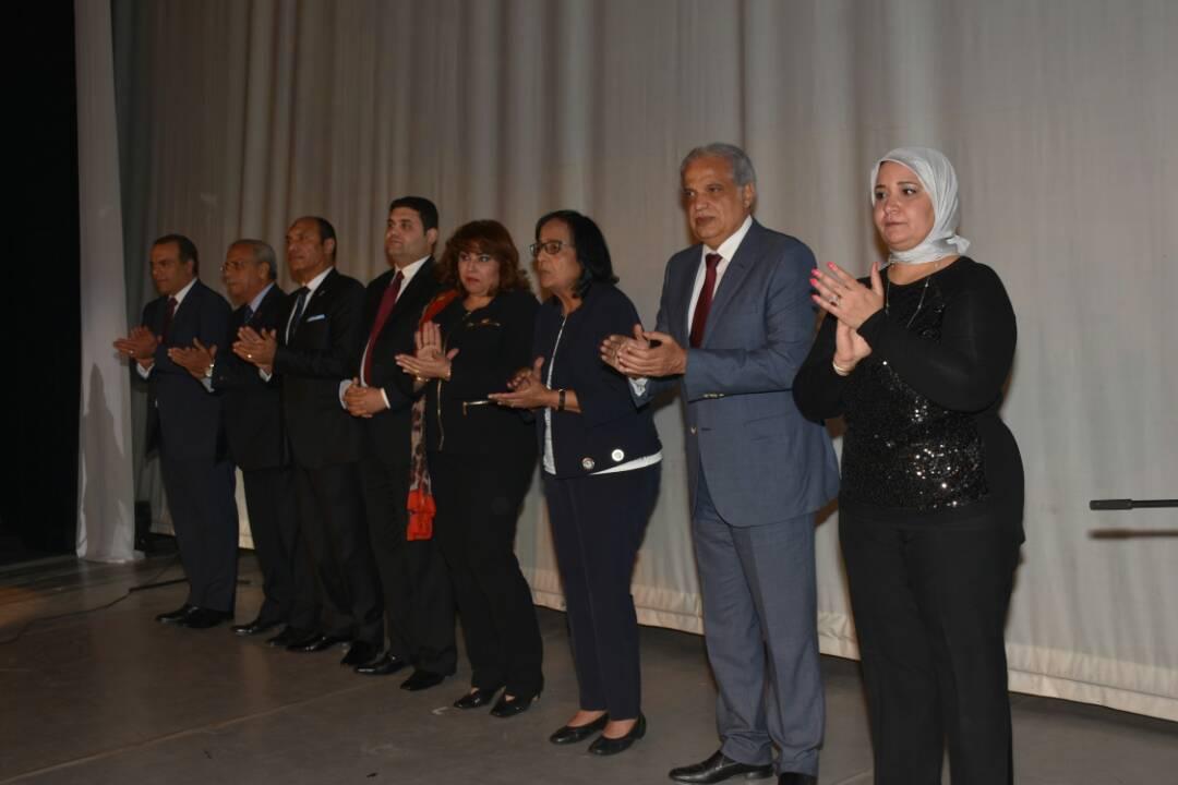 أعضاء الجمعية مع الكاتبة لميس جابر