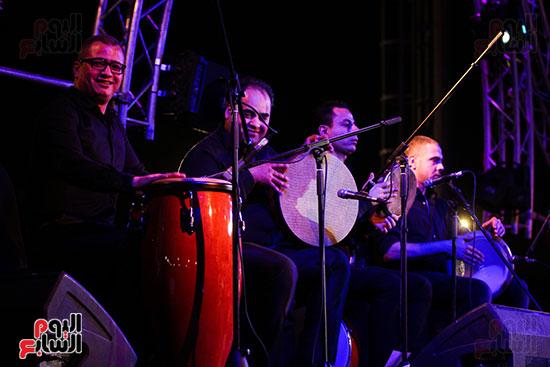 عمر خيرت يعزف أروع مقطوعاته الموسيقية فى حفل جامعة عين شمس (12)