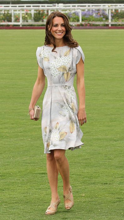 فستان مزين بالورود
