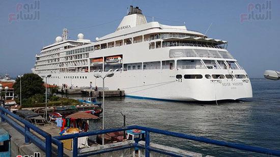السفينة برصيف الميناء السياحي