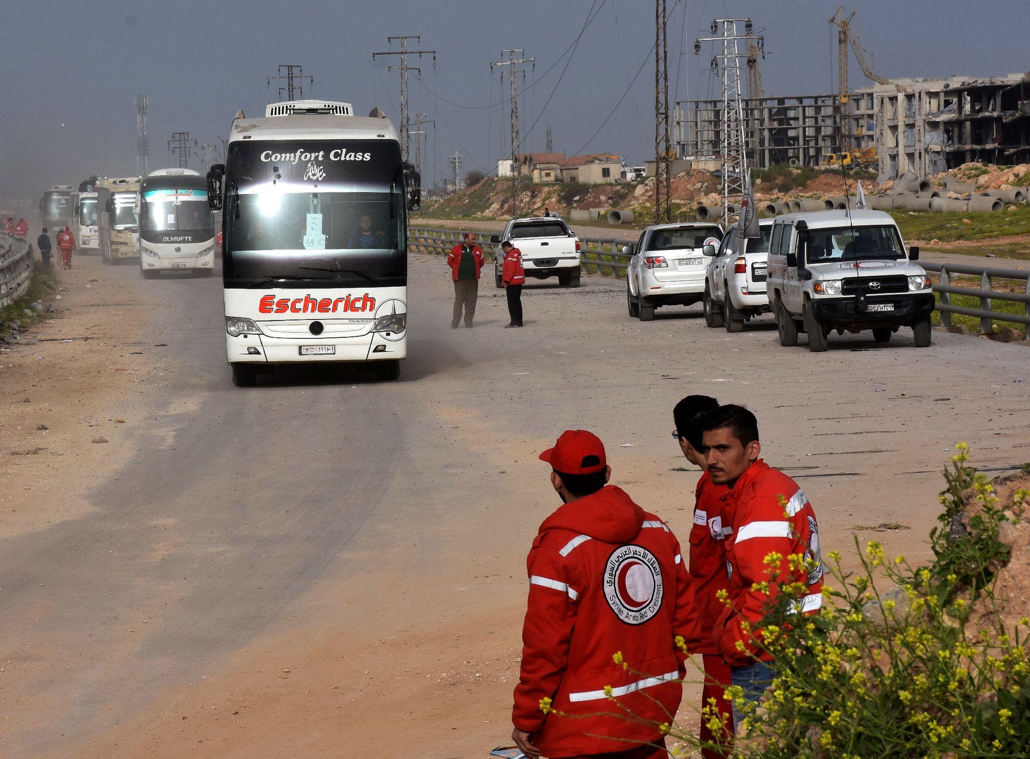 استئناف عمليات إجلاء سكان بلدات سورية محاصرة بعد توقف 48 ساعة