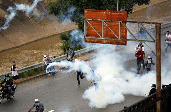 اطلاق غاز على المحتجين