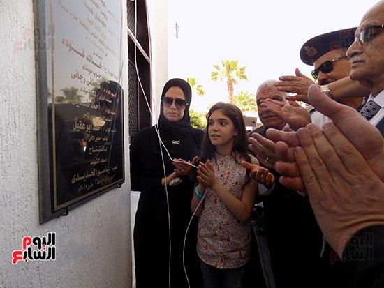 زوجة الشهيد اثناء افتتاح المسجد