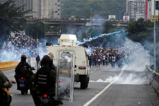 اطلاق الغاز بشكل كثيف على قوات الأمن