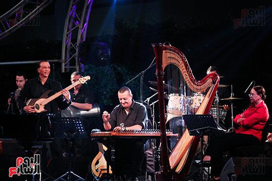 عمر خيرت يعزف أروع مقطوعاته الموسيقية فى حفل جامعة عين شمس (27)