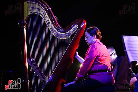 عمر خيرت يعزف أروع مقطوعاته الموسيقية فى حفل جامعة عين شمس (7)