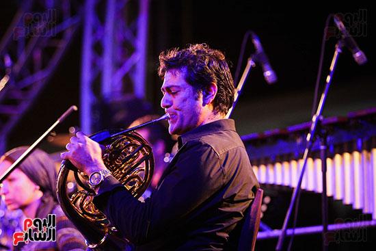 عمر خيرت يعزف أروع مقطوعاته الموسيقية فى حفل جامعة عين شمس (17)