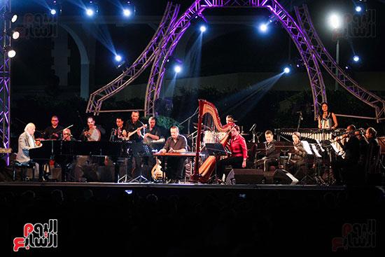 عمر خيرت يعزف أروع مقطوعاته الموسيقية فى حفل جامعة عين شمس (23)
