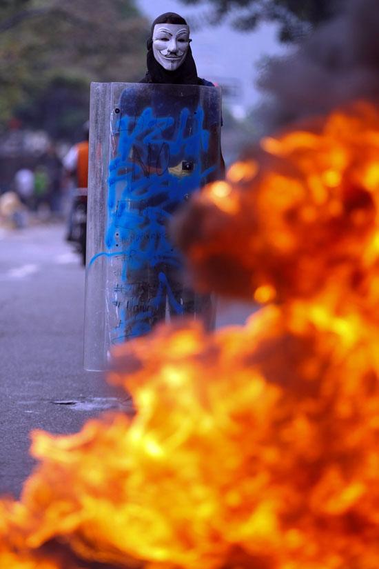 المحتجون يشعلون النيران