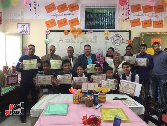 فريق التعلم النشط مع معلميهم