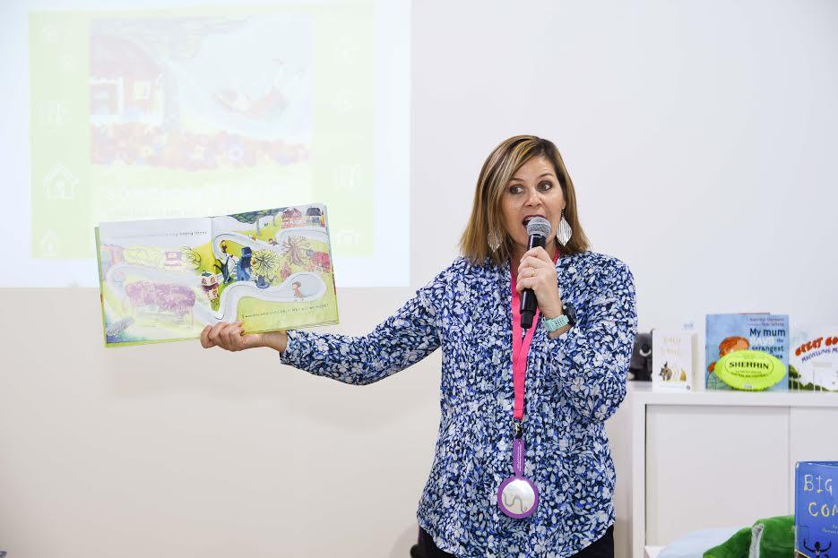 الكاتبة الأسترالية فى ورشة عمل للأطفال (1)