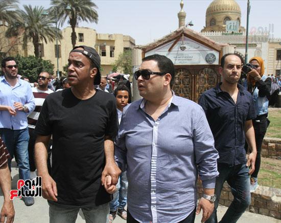 نجوم الفن يشاركون فى تشييع والدة المخرجين شريف وعمرو عرفة (12)
