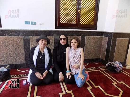 زوجة الشهيد وابنته وابنه عم الشهيد داخل المسجد