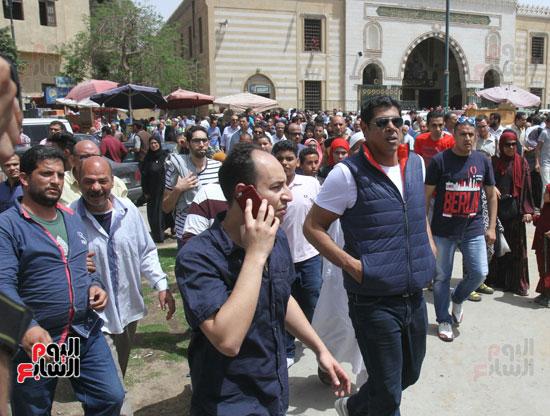 نجوم الفن يشاركون فى تشييع والدة المخرجين شريف وعمرو عرفة (13)