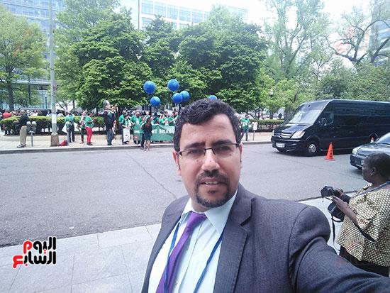 الزميل عبد الحليم سالم مع المتظاهرين
