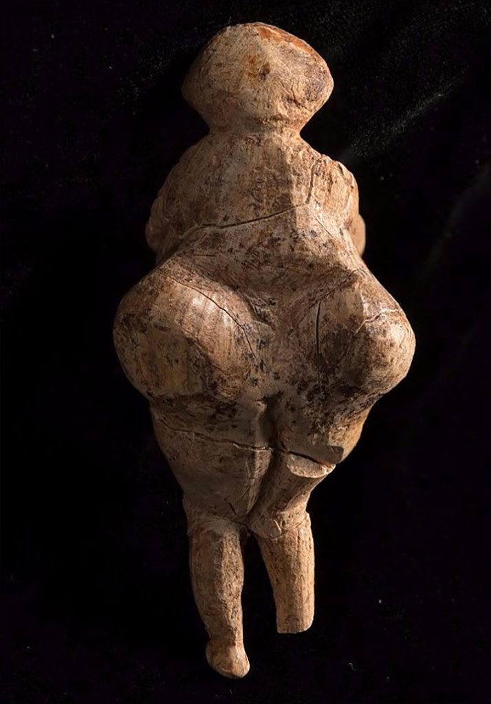 التمثال الحجرى الذى يشبه جسد كيم كارديشيان  (2)