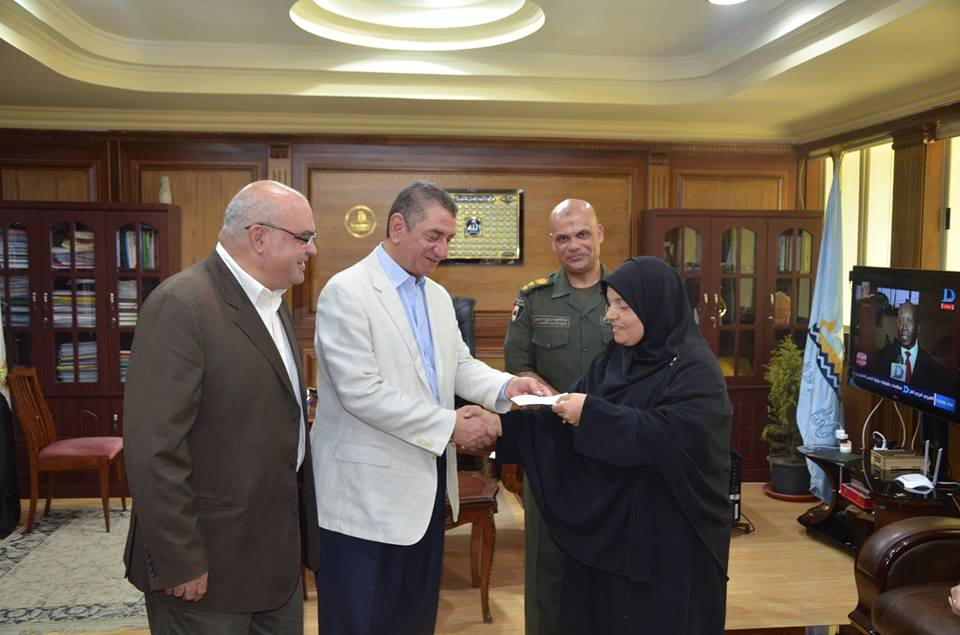 محافظ كفر الشيخ يكرم الأم المثالية المعيلة الأولى على مستوى الجمهورية