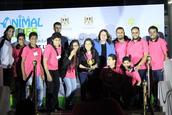صورة تذكارية للفائزين مع أسماء حسنى