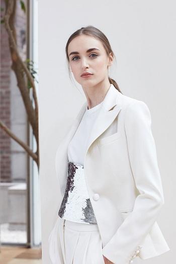 الجاكيت الأبيض والبنطلون تصميم مبتكر لعروس 2018