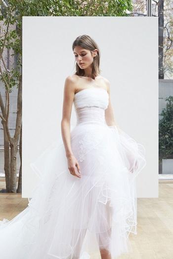 فستان بسيط ورقيق من تصميمات أوسكار دى لا رينتا