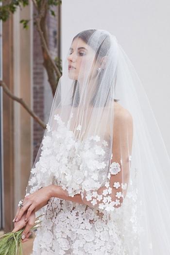 الزهور البارزة تغطى طرحة العروس