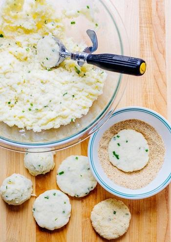 ضعى شرائح البطاطس فى الخبز المطحون