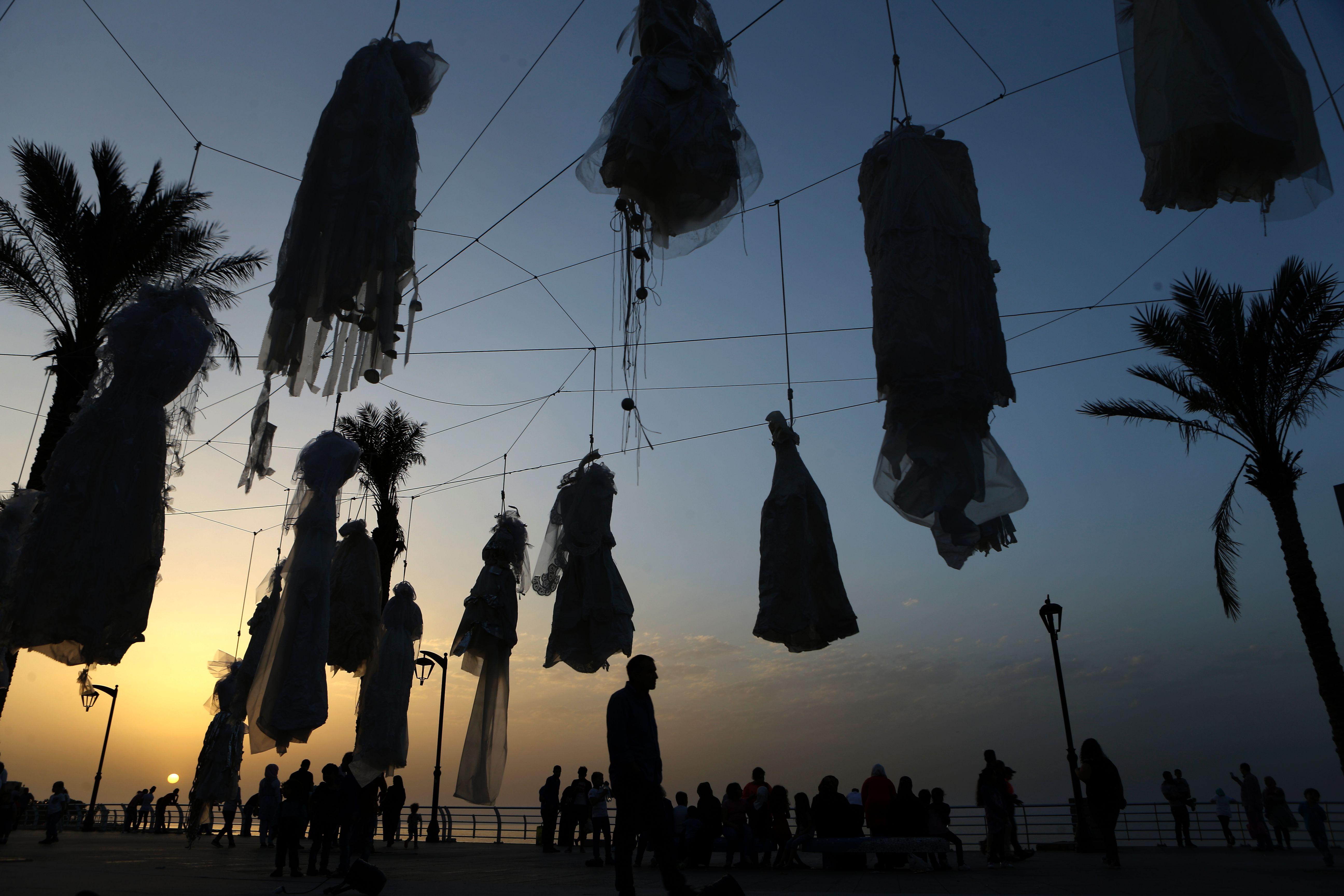مشهد ليلى للمعرض للاحتجاج على اعفاء المغتصب فى لبنان