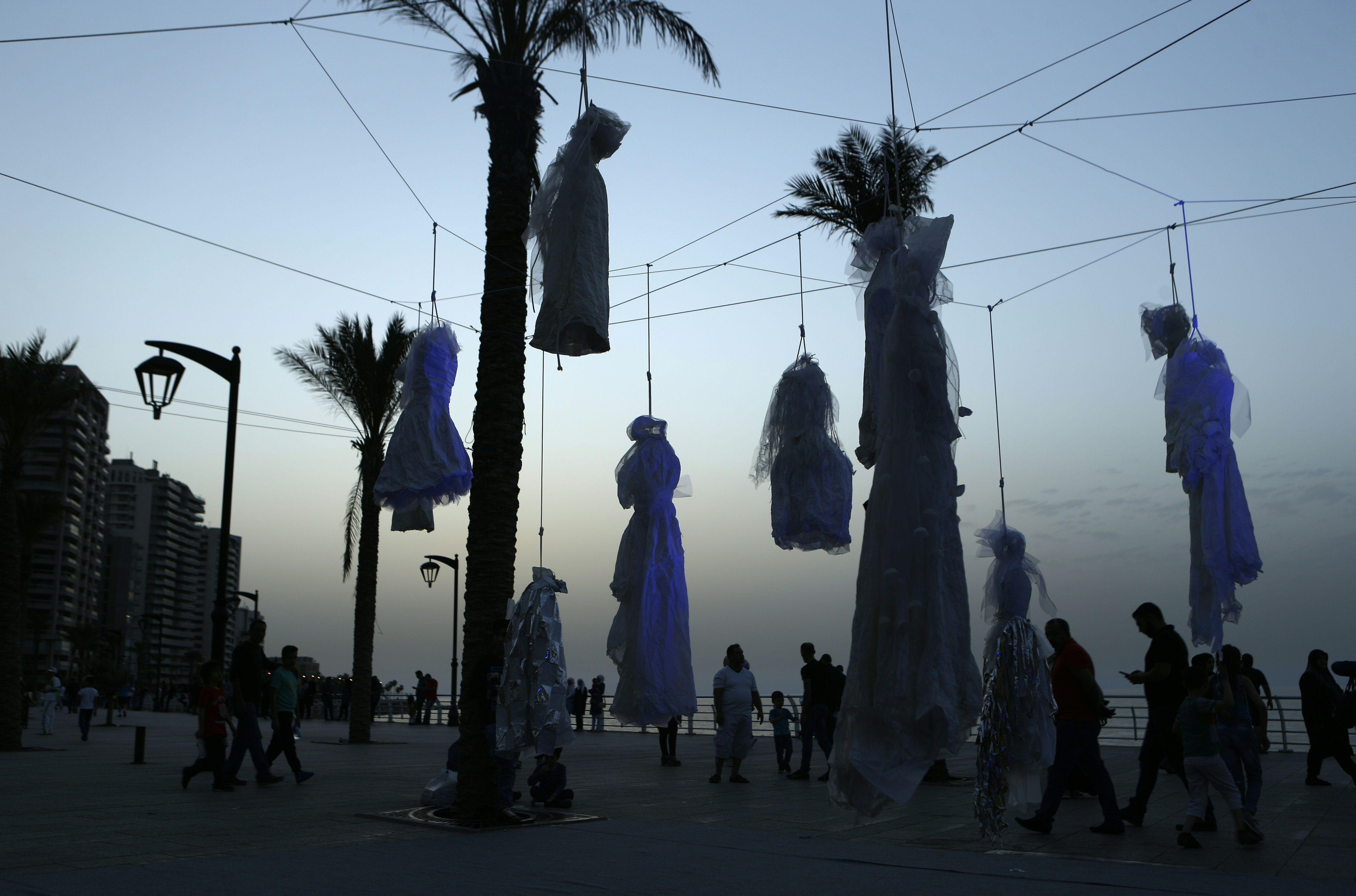 الفساتين معلقة على النخيل بكورنيش لبنان