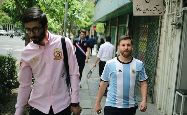 شبيه ميسى فى شوارع ايران