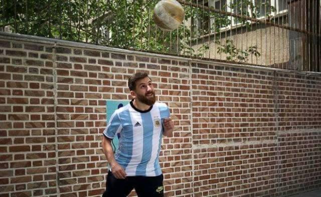 شبيه ميسى وكرة القدم