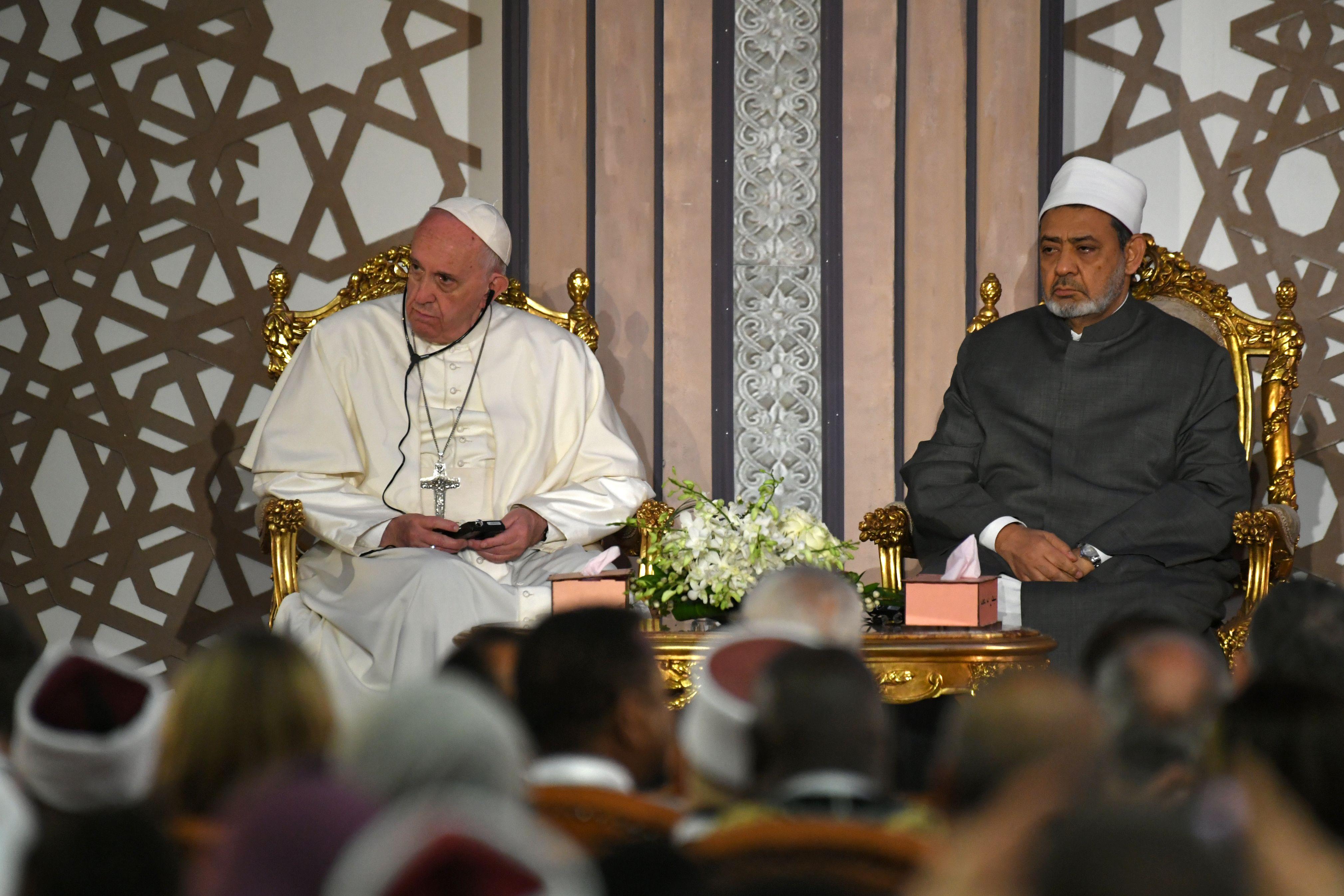 استماع البابا والدكتور الطيب لكلمة في مؤتمر السلام