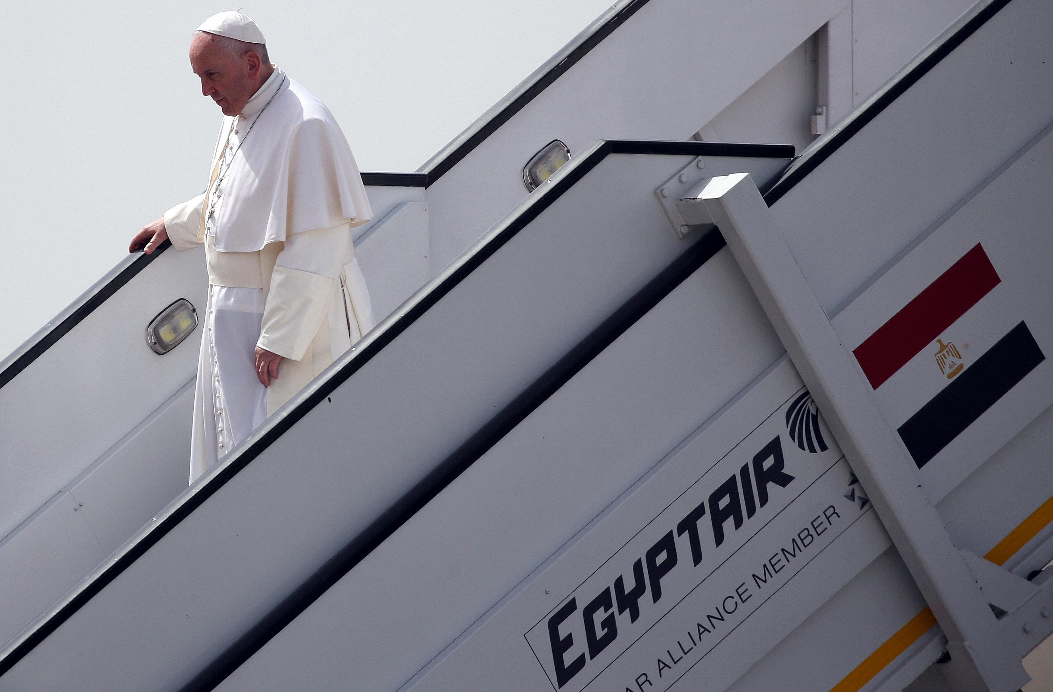 البابا فرانسيس فى مطار القاهرة