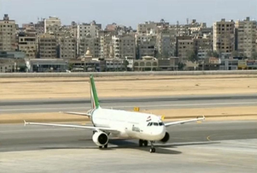 طائرة بابا الفاتيكان تهبط على أرض مطار القاهرة