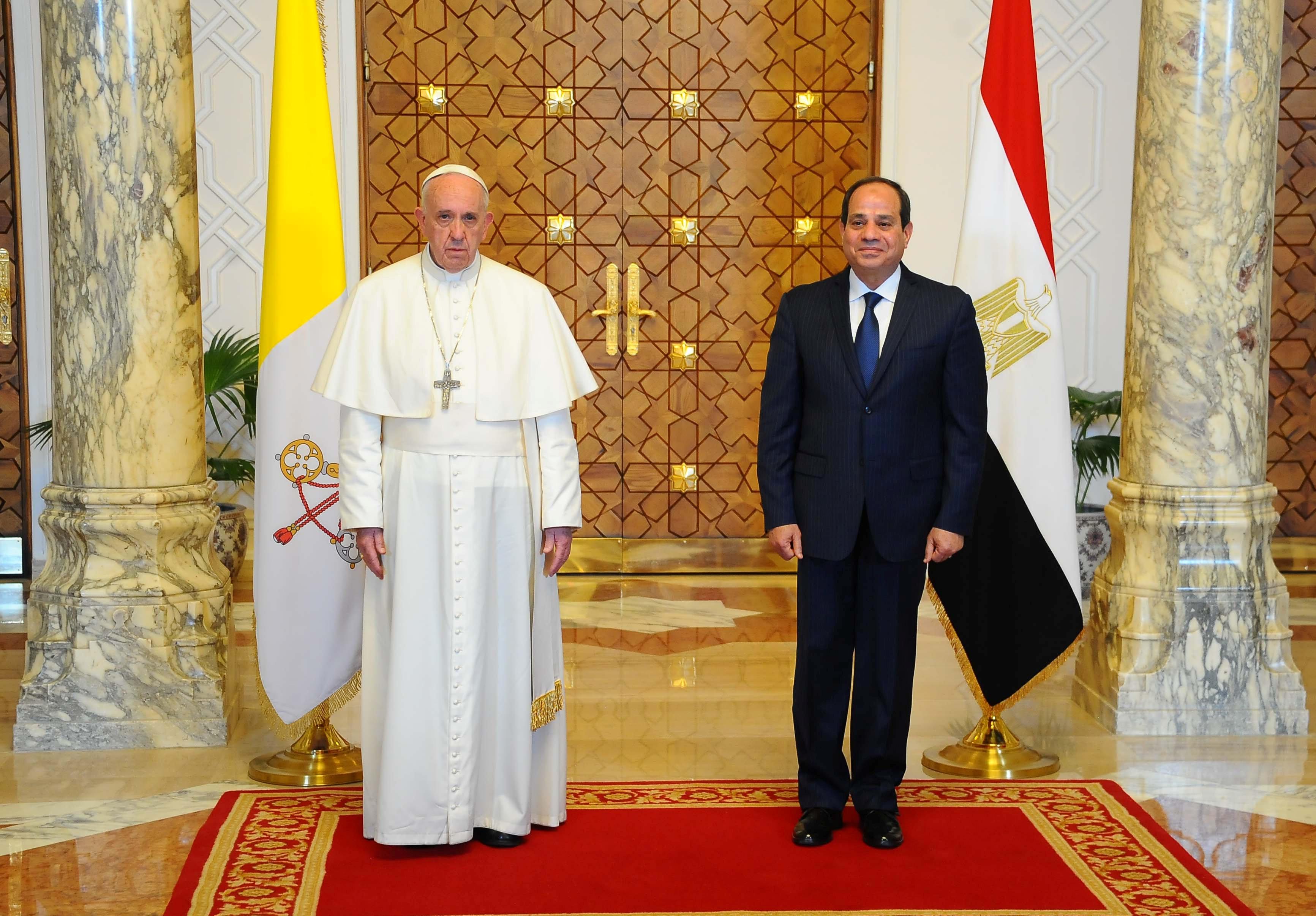 الرئيس السيسى والبابا فرانسيس وخلفهما العلمين المصرى والفاتيكانى