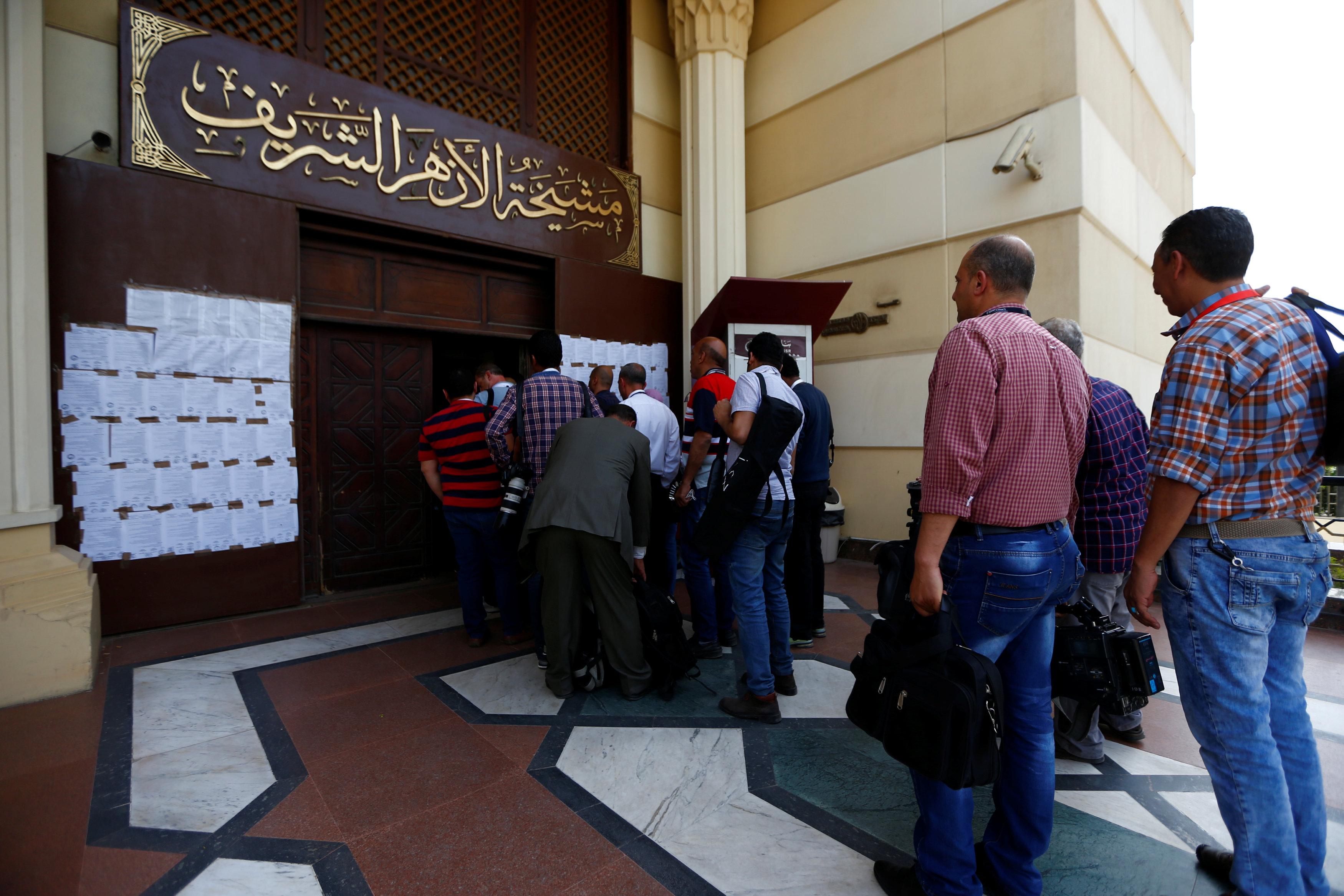 تفتيش حقائب الصحفيين قبل الدخول للقاعة الرئيسية