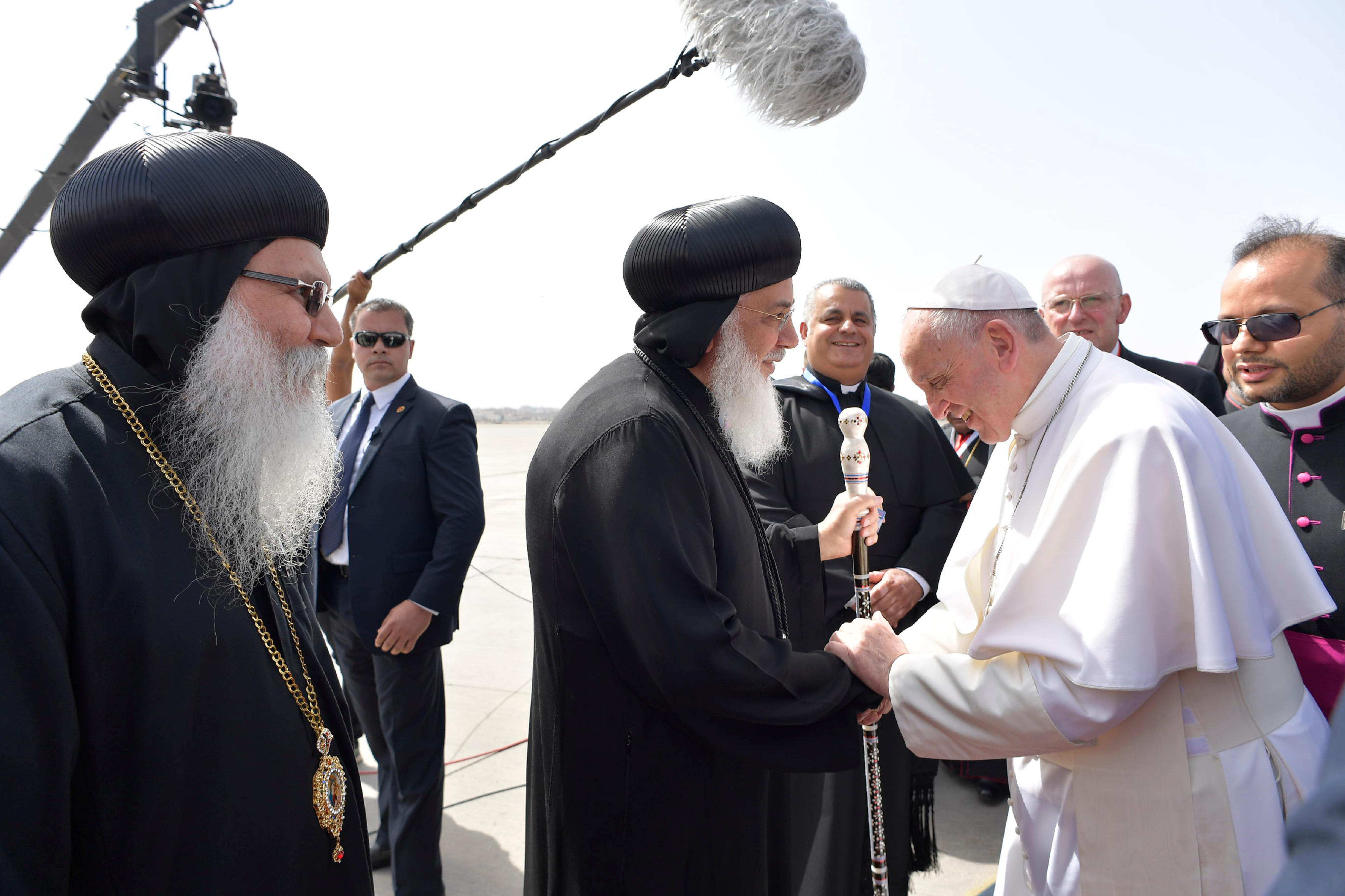 القيادات القبطية فى استقبال البابا بمطار القاهرة