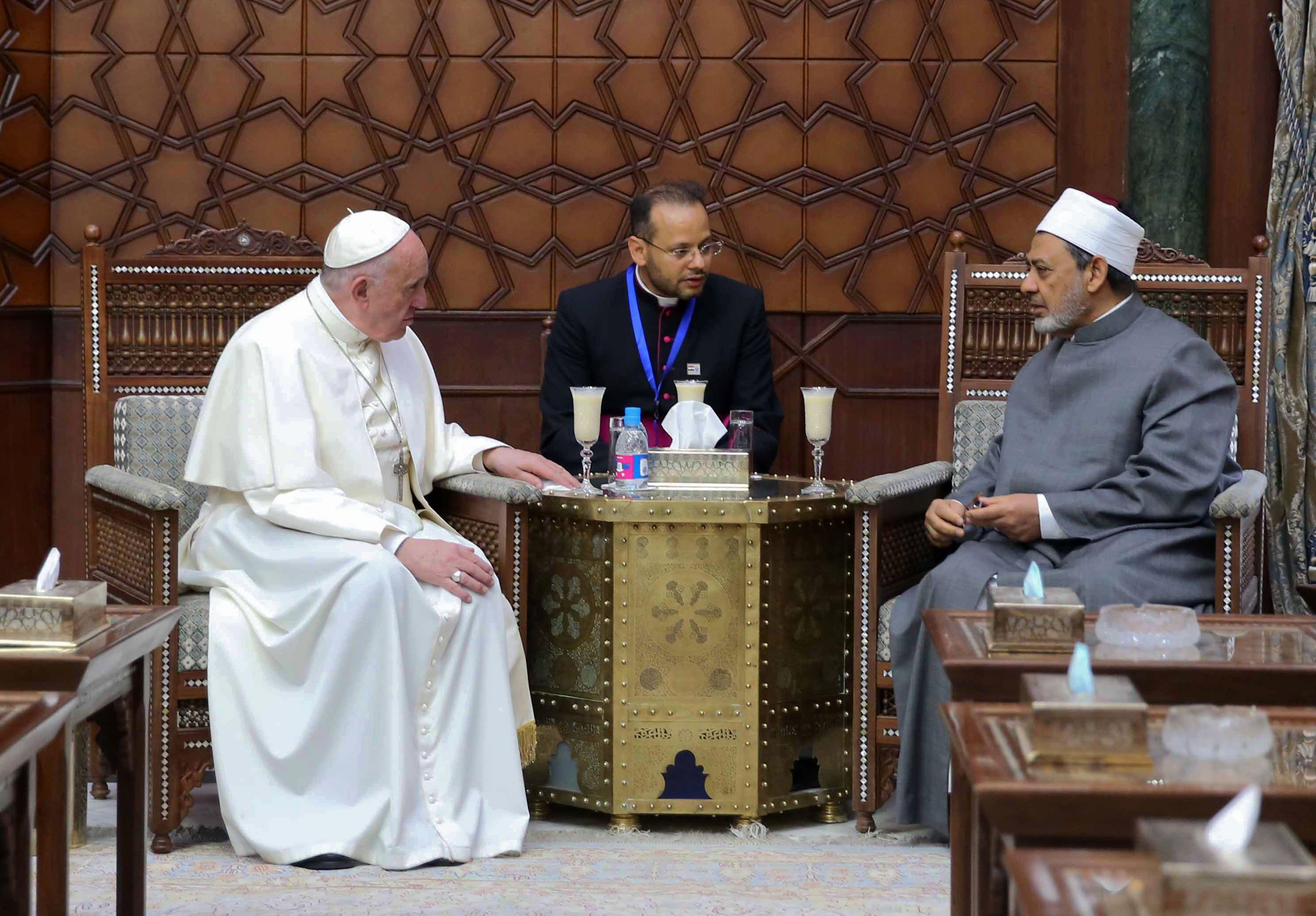 حديث بين الأمام الأكبر وبابا الفاتيكان