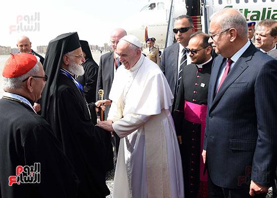 بابا الفاتيكان يصل القاهرة ورئيس الوزراء فى استقباله (8)