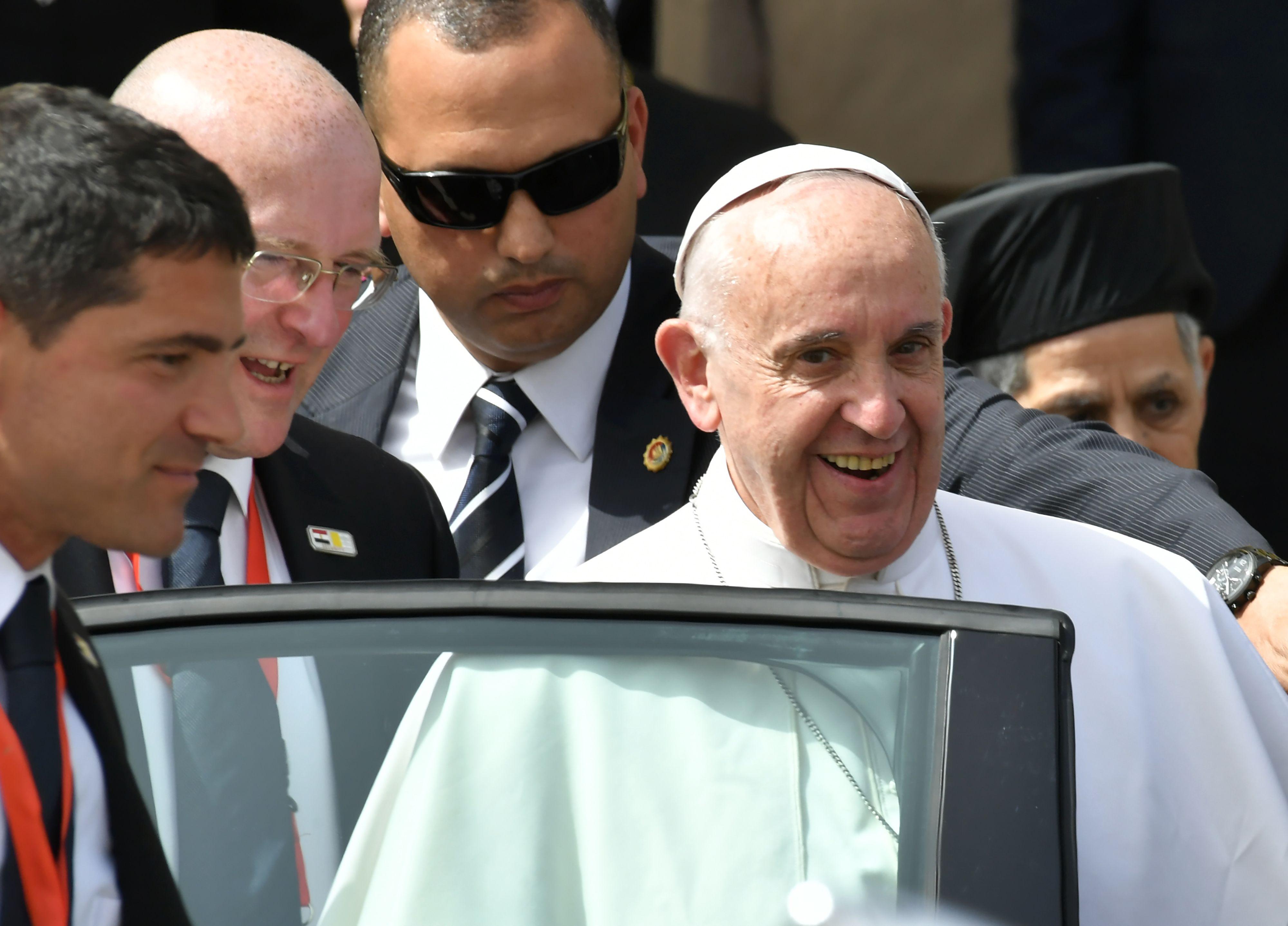 بابا الفاتيكان يغادر مطار القاهرة