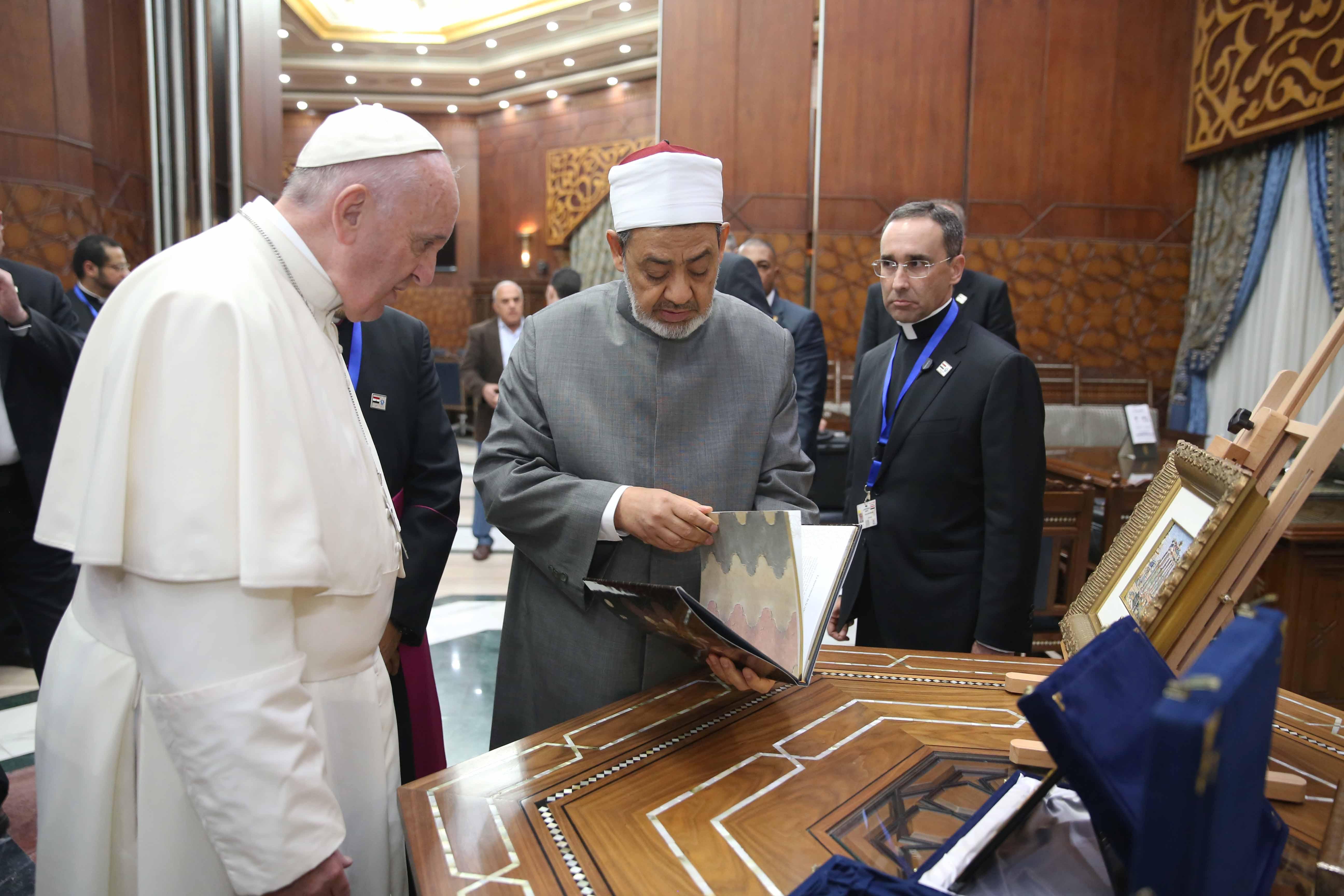 البابا ينظر لمقتنيات بمشيخة الأزهر
