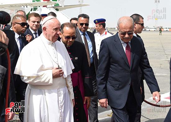 بابا الفاتيكان يصل القاهرة ورئيس الوزراء فى استقباله (10)